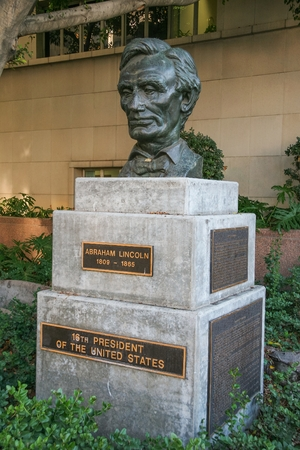 LOS ANGELES, CALIFORNIA, USA - DECEMBER 11, 2006. Sculpture of the 16th President of the United States Abraham Lincoln (1809 - 1865) made in 1961 by Robert Merrill Gage (1892 - 1981), located at 110 Grand Avenue next to the Municipal Court Civil Division  新聞圖片