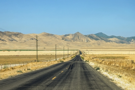 Panoramic view of a highway crossing a mountainous and desert areas in the vicinity of Gorman, Lebec and Gravepine in the state of California, in the United States. 版權商用圖片