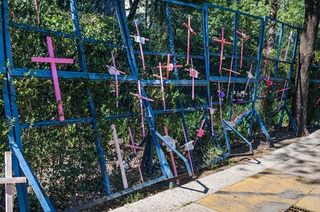 Reforma Avenue, Mexico City - March 25, 2018. Assembly carried out mainly by women on Reforma Avenue and The Angel of Independence where they placed thousands of wooden crosses in pink with various messages as a protest against of feminicide and insecurit 新聞圖片