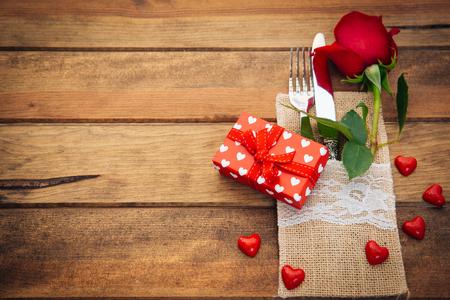 Romantisches Gedeck mit Rose und Geschenkbox Standard-Bild - 73866019