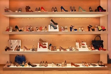 streifzug: Schuhe und Taschen in den Regalen im Laden Lizenzfreie Bilder