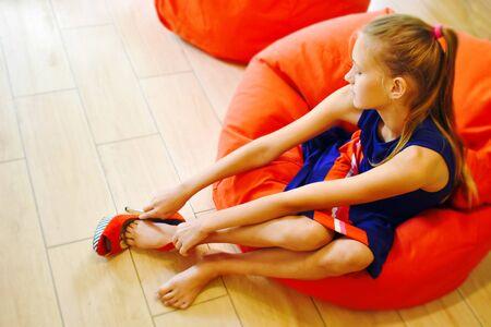 Creciendo niñas. Probarse zapatos para el pie de un niño.