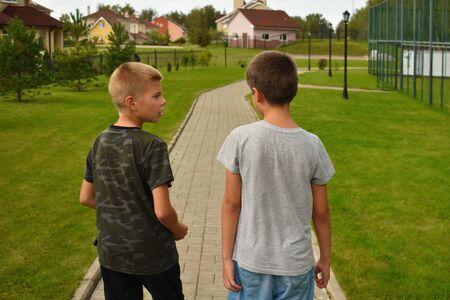 Twee tienerjongens praten en wandelen in de stad. Stockfoto