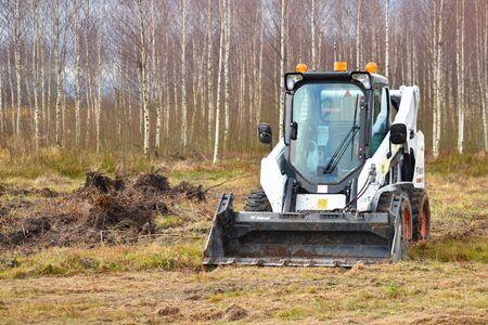 Farmer's transport. Earthworks on a mini tractor. Imagens
