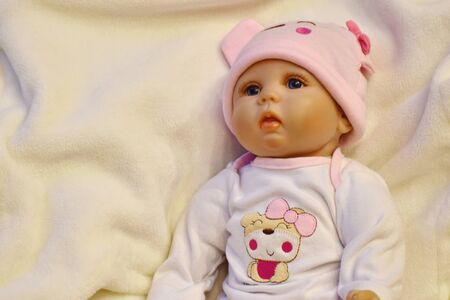 Die Puppe ist wie ein lebendes Mädchen. Modernes schönes Puppengesicht. Standard-Bild