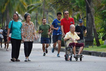 Tailandia. Bangkok. Gennaio 2020. Atleti di strada in Asia. Persone che fanno jogging nel parco. Sport attivo in Thailandia. Stile di vita sano.