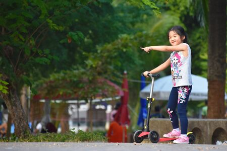 Photos of ordinary people in a Park in Bangkok. Asian passers-by. Redactioneel