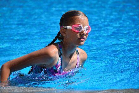 Nettes Mädchen genießt im Schwimmbad des Hotels. Teenager im Resort im Wasser. Schwimmtraining. Urlaub mit Kindern auf See.