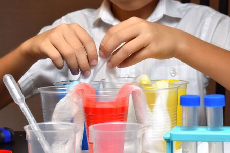 Student boy tinkering with test tubes. The child does experiments at home. Children's home lab Stockfoto
