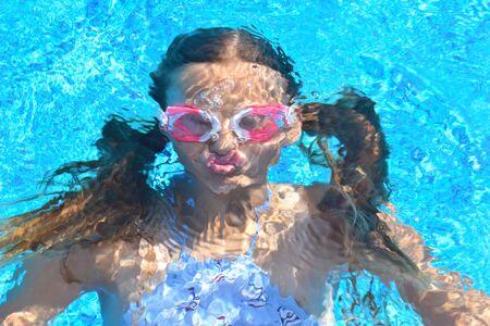 portrait d'une fille sous l'eau. L'enfant dans l'eau pendant l'été. photo intéressante