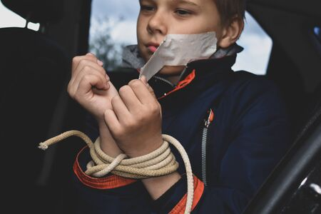 kidnapping and selling children into slavery. rescue of boy from captivity Banque d'images