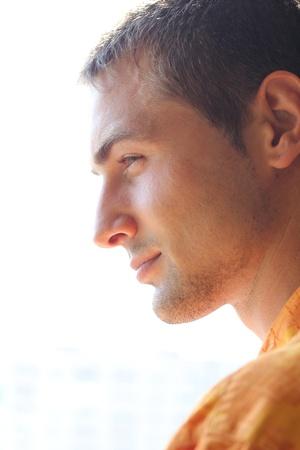 hombre de perfil: Perfil de hombre guapo al aire libre
