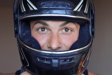 casco de moto: el hombre en el motor del casco de protección Foto de archivo