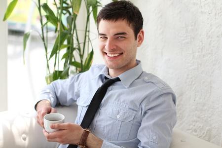 hombre tomando cafe: Joven feliz sonriendo beber caf� hombre, al aire libre Foto de archivo