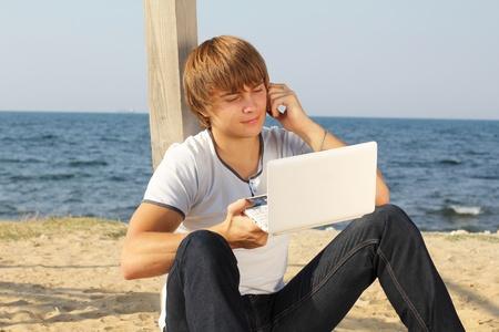 Kaufmann arbeitet mit Computer und Handy sprechen
