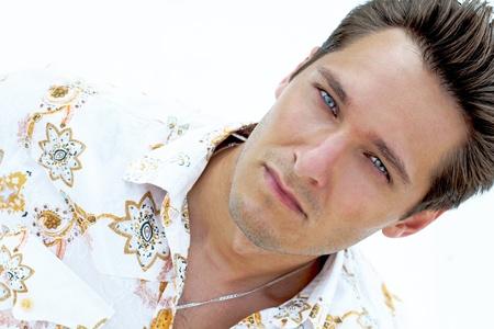 bel homme: Portrait d'un homme beau avec des yeux bleus sur la plage, yacht blanc