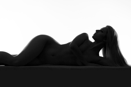 modelo desnuda: Perfil de las curvas del cuerpo femenino desnudo mujer delante de blanco Negro y blanco