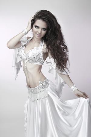 vientre femenino: Belly bailar�n en un traje blanco