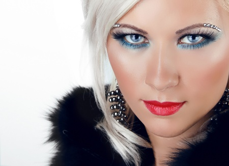 Hermosa chica rubia con ojos azules y los labios rojos sobre fondo blanco Foto de archivo - 15570711