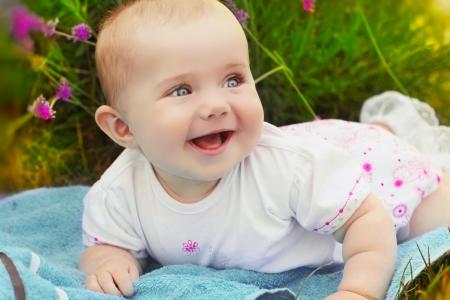 baby crawling: Retrato del beb� sonriendo muy feliz, baby crawling lindo
