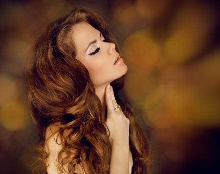 fragranza: Sensuale donna bruna. Ritratto di bellezza. Capelli ricci Archivio Fotografico