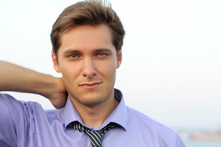 uomini belli: Handsome giovane con sorriso affascinante, ritratto, all'aperto,
