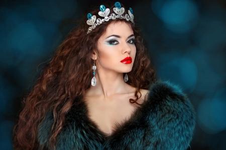silver fox: Mujer hermosa con el pelo largo en abrigo de pieles. Joyer�a y Belleza.