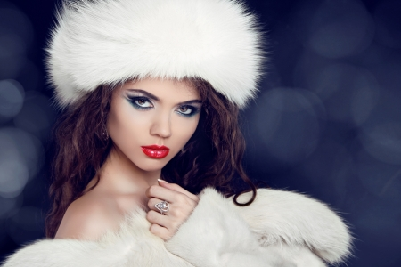 white fur: Winter woman in fur coat. Glamour portrait of beautiful woman model