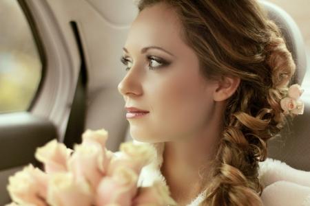 bow hair: Retrato de mujer hermosa novia con ramo de novia posando en el d�a de su boda
