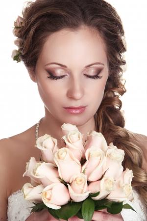 bridal dress: Bella donna ritratto sposa con il bouquet della sposa in posa nel suo giorno delle nozze