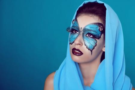 donna farfalla: Fashion Make up. Farfalla trucco sul viso bella donna. Arte del ritratto.