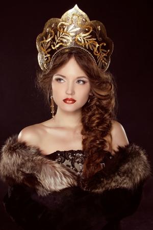 head-dress: Russian Beauty. Atrakcyjna kobieta ubrana w kokoshnik. Kobieca fryzura w dawnej Rosji