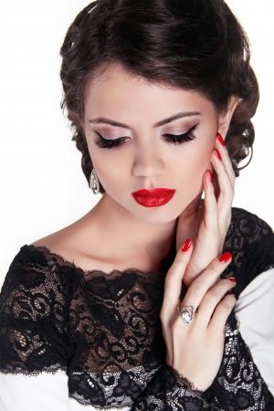 labios sensuales: Hermosa mujer sexy con labios rojos brillantes y peinado ondulado romántico. Foto de archivo