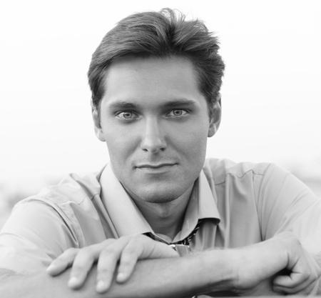 coupe de cheveux homme: Portrait de Handsome Man, photo noir et blanc