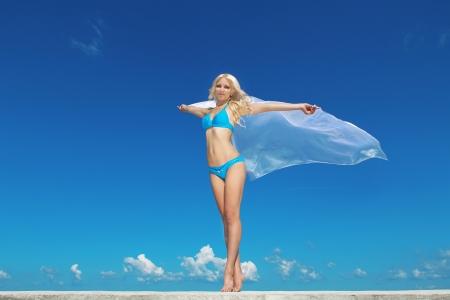 aire puro: Retrato de mujer joven y sentirse libre contra el cielo azul con soplado de tela. Freedom Concept