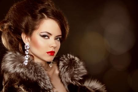 Fashion portret. Mooie vrouw met 's avonds make-up. Sieraden en Schoonheid.