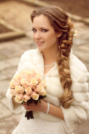 bridal veil: Outdoors portrait of Beautiful bride with bouquet of flowers  Stock Photo