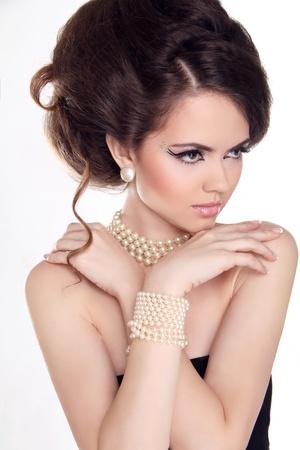 donna ricca: Perle. Bella donna con trucco di sera. Gioielleria e della bellezza. Foto di moda