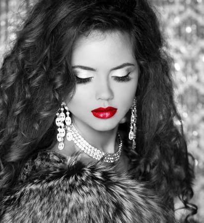 Rode lippen, Mooie Vrouw in Luxury Bontjas. Zwart-wit foto Stockfoto