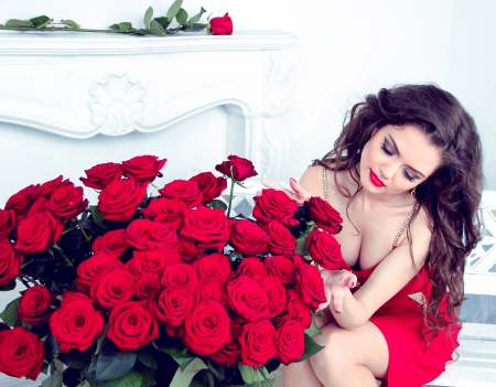 rose bouquet: Sexy brunette woman with bouquet of red roses in modern interior apartment Stock Photo