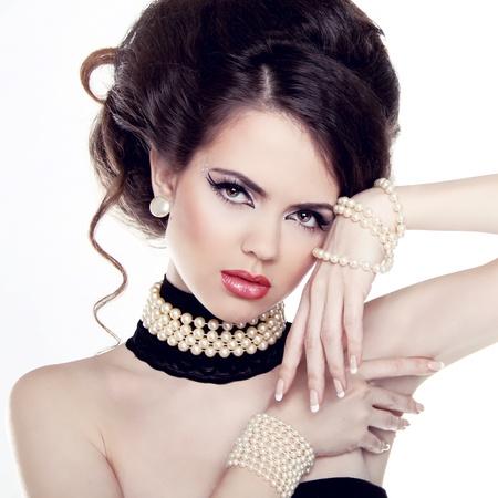 perlas: Retrato de moda de mujer hermosa con las perlas aisladas sobre fondo blanco.
