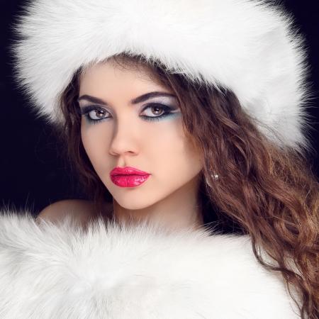 manteau de fourrure: Mode de fourrure. Belle Fille au chapeau de fourrure. Winter Woman Portrait