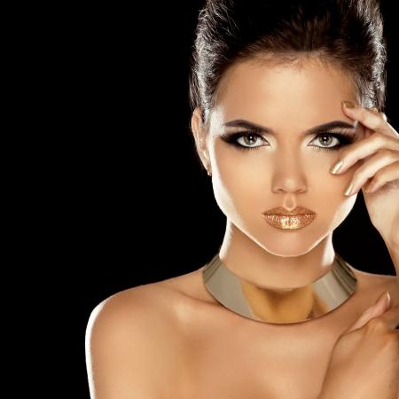 Mode Beauty Girl geïsoleerd op zwarte achtergrond. Make-up. Gouden sieraden. Kapsel. Vogue Style.