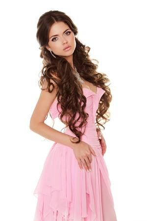 belle brunette: Belle femme brune vêtue en robe rose isolé sur fond blanc Banque d'images