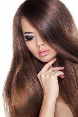 sal�n: Hair. Hermosa Ni�a Morena. Saludable pelo largo y casta�o. Modelo de la belleza Mujer. Peinado. Fringe. Brillante pelo de la manera suave. Aislado en el fondo blanco.