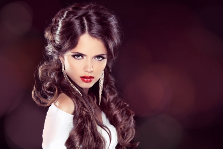 cabello rizado: Modelo de la belleza Mujer con maquillaje profesional. Peinado. Corte de pelo con estilo. Fringe. Rizado brillante. Extensiones. Fashion Girl. Coloraci�n del cabello Foto de archivo