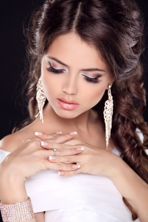 beautiful bride: Beautiful young bride portrait in white dress. Fashion Beauty Girl. Make up. Jewelry. Manicured nails.