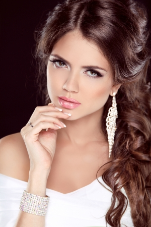 Belle femme brune. Coiffure. Maquillage. Ongles manucur�s. Fashion girl �l�gante robe blanche isol� sur fond noir photo