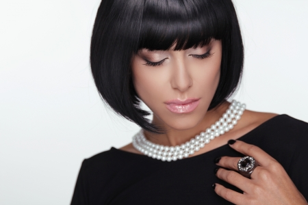 Fashion Haircut. Makeup. Sexy Lady. Stylish Fringe. Short Hair Style. Brunette woman with jewelry pearls.  Stock Photo - 22615384
