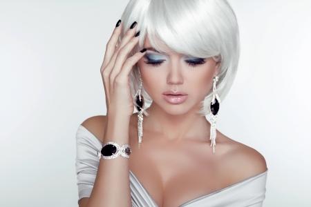 패션 뷰티 소녀. 흰색 짧은 머리와 여자의 초상화입니다. 보석. 헤어 스타일과 메이크업. 헤어 스타일. 메이크업. 유행 작풍. 섹시한 매력 소녀